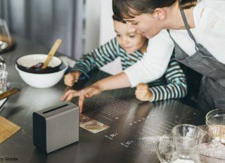 Der Xperia Projektor beschäftigt Mutter und Sohn in der Küche.