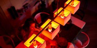 Smartes Kerzenlicht mit den neuen Philips Hue E14-Lampen beispielsweise im Wohnzimmer.