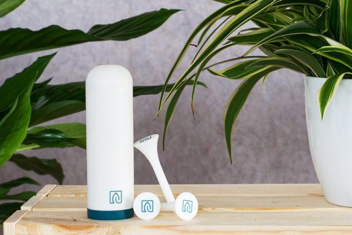 Das Herzstück von Växt ist eine intelligente Steuereinheit, die mit batterielosen Sensoren in der Blumenerde der Topfpflanzen ein Team bildet. Die Sensoren messen dort die Feuchtigkeit und Växt schlägt Alarm, wenn gegossen werden muss.