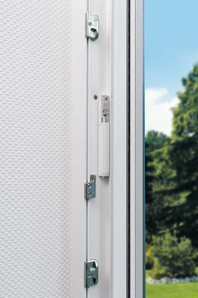 Die von Homematic IP mitgelieferten Klebestreifen ermöglichen einen verdeckten Einbau in den Rahmen von Kunststofffenstern und -türen.