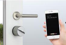 Das smarte Türschloss Danalock V3 kombiniert ein klassisches Schlüsselsystems mit der intelligenten Steuerung per Smartphone für mehr Komfort und Sicherheit im eigenen Zuhause. © Soular