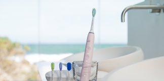 Aufgeladen wird die neue Zahnbürste Sonicare DiamondClean Smart von Philips im stilvollen Ladeglas oder im eleganten Reiseladeetui per USB-Anschluss. © Philips
