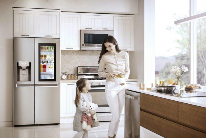 LG erweitert seine Smart-Home-Strategie. Alle LG-Endgeräte der 2017er Serien sind mit WiFi ausgestattet, so auch der Smart-InstaView-Door-in-Door-Kühlschrank. © LG Electronics