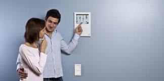 Mit dem Smart Home für gesunden Schlaf: So können Nutzer mit dem myGEKKO Slide für ihre idealen Bedingungen im Schlafzimmer sorgen. © myGEKKO | Ekon GmbH / Hans-Rudolf Schult www.my-gekko.com