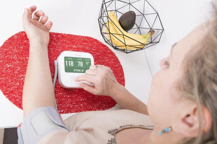 Das Blutdruckmessgerät iHealth Clear mit Oberarmmanschette misst und speichert auf Knopfdruck nicht nur den Blutdruck und die Pulsfrequenz, es erkennt auch unregelmäßige Herzschläge.