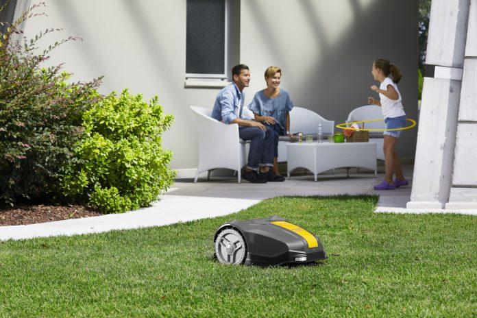 Während der Stiga Rasenroboter für kleine Flächen arbeitet, bleibt für die Bewohner mehr Zeit für gemeinsame Momente.