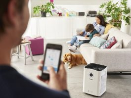 Der Philips Luftreiniger Serie 5000i ist via App zu bedienen, so dass die Luft daheim in Echtzeit von jedem Ort der Welt verändert werden kann.
