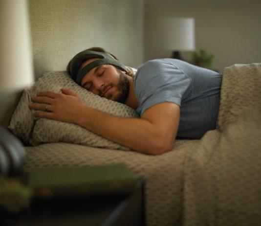 Das Kopfband SmartSleep von Philips hilft vor allem Menschen zwischen 18 und 50 Jahren, die wegen ihres Lebensstils nicht genug Schlaf erhalten.
