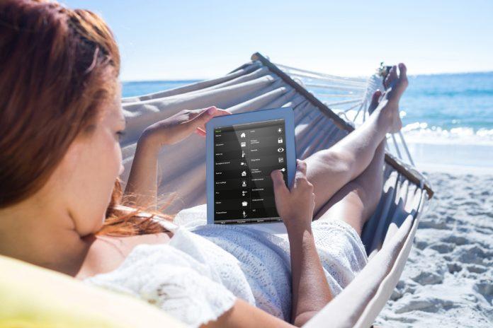 Urlaub mit dem Gira HomeServer: Wer sein Smart Home mit einem KNX-System ausgestattet hat, kann jederzeit und überall auf der Welt die Haustechnik daheim steuern und einsehen – auch von der Hängematte am Strand.