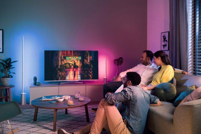 Eine weitere Ergänzung von Philips Hue sind die neuen Philips Hue Signe Stehleuchten. Mit ihrer schlanken Form passen sie perfekt neben den Fernseher.