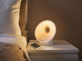 Das Somneo Connected Sleep & Wake-up Light HF3670/01 mit AmbiTrackSensor zur Ermittlung optimaler Bedingungen für den perfekten Schlaf.