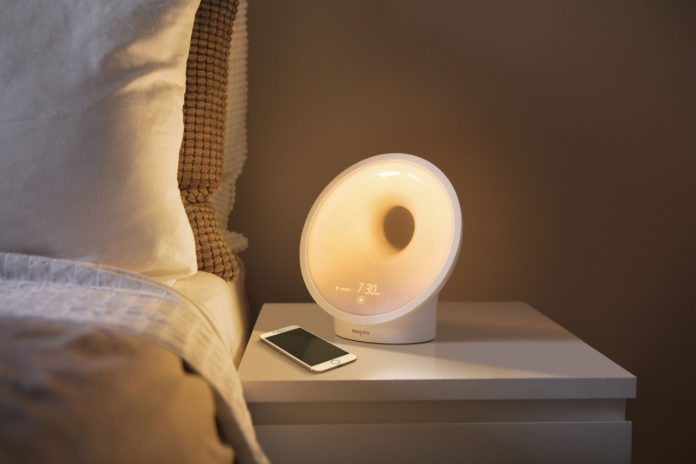 Das Somneo Connected Sleep & Wake-up Light HF3670/01 mit AmbiTrackSensor zur Ermittlung optimaler Bedingungen für den perfekten Schlaf.