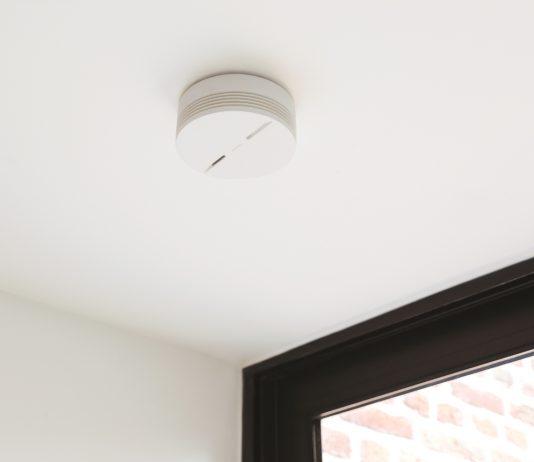 Der smarte Rauchmelder von Netatmo funktioniert kabellos und muss nur an die Decke geschraubt werden.