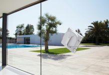 Der kabellose Fenstersauger WINBOT X ist mit einem Akku ausgestattet, der ihn durch Unterdruck an der Scheibe hält.